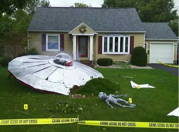 halloween alien crashes - Halloween Decorated Homes